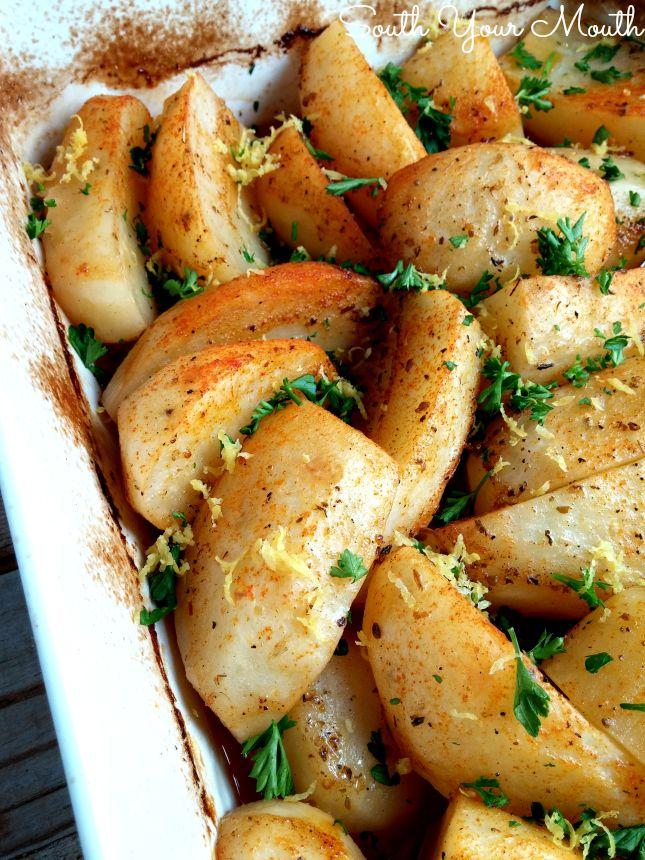 Patatas griegos! Al horno con aceite de oliva, mantequilla, ajo y limón hasta que estén tiernas y doradas.