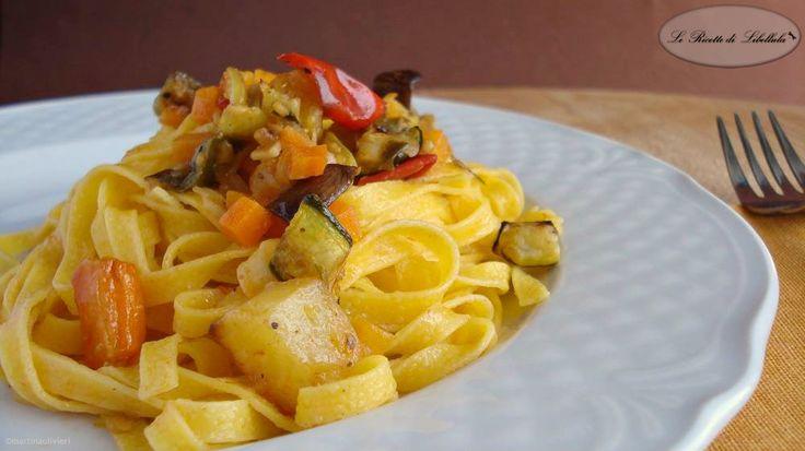 Ricetta delle tagliatelle con verdure al forno. Un primo piatto leggere, gustoso e molto colorato.