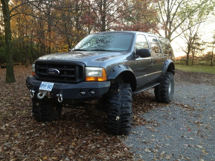 """2000 Ford Excursion 8"""" lift 44s"""
