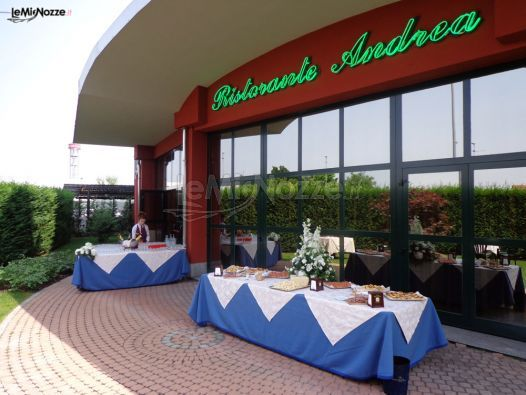 http://www.lemienozze.it/operatori-matrimonio/luoghi_per_il_ricevimento/ricevimenti-di-matrimonio-a-torino/media/foto/7 Matrimonio in hotel: aperitivo di benvenuto all'esterno per introdurre il pranzo di nozze.