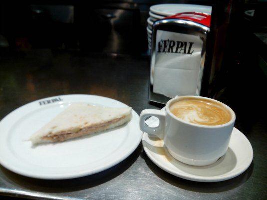 """Desayunos económicos en el centro de Madrid Zonas: Sol, Ópera, Alonso Martínez, Malasaña, Plaza de España y Lavapiés """"El buen café endulzado, delicioso es más que mil besos, dulce sabe cual vino moscatel, ¡café, sí, es café lo que quiero! Y quien deseare darme a saborear una exquisita bebida, venga a ofrecerme una taza de café"""" Johann Sebastian Bach ¿Eres de los que les gusta desayunar fuera de casa? ¿Te gusta disfrutar de una buena taza de café en una cafetería agradable y no cara?…"""