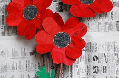 Sweet homemade spring poppies by 'That Artist Woman'. Easily made with paint and newspaper!