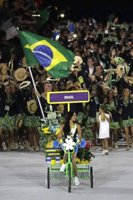 De bicicleta, modelo transexual Lea T puxa a delegação brasileira no desfile da cerimônia de abertura