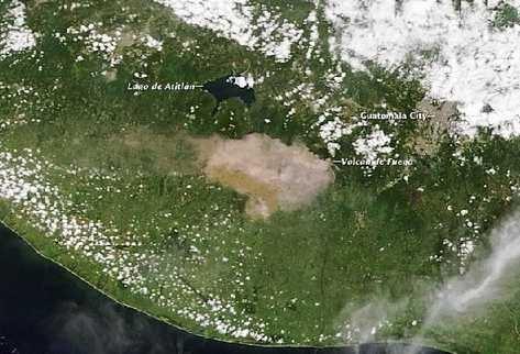 Imagen satelital, tomada a las 10.30 horas de ayer, evidenciaba la violenta erupción del coloso. Cathalac