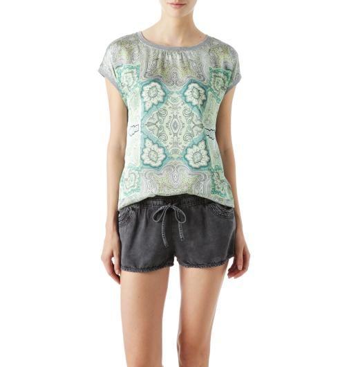 T-shirt soyeux Femme 24.95 euros Motifs façon cachemire sur toucher soyeux : ce t-shirt est un vrai petit trésor de douceur dans le Collection ! Encolure arrondie et manches courtes avec bords-côtes en finition. Dos en jersey chiné. Base légèrement arrondie. 100% Polyester.