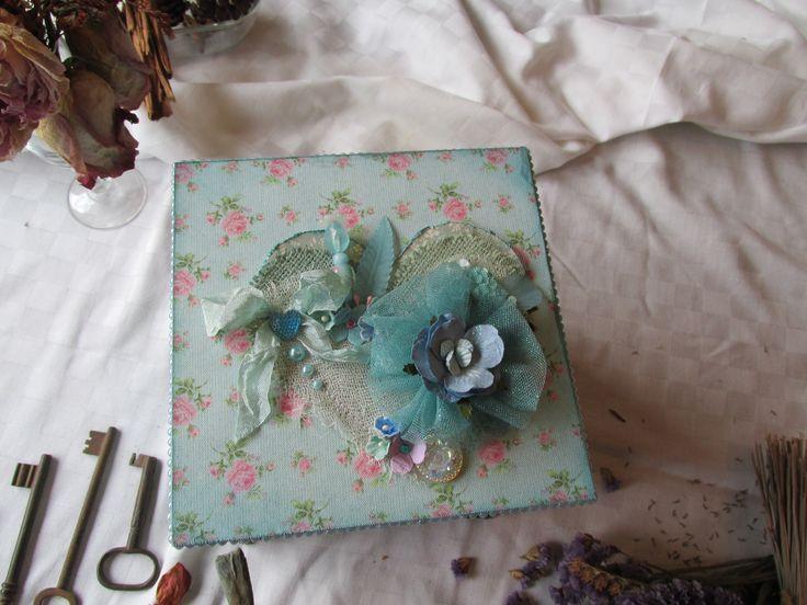 caja decorada técnica decoscrapp, tela, flores, piedras, patitas metálicas,