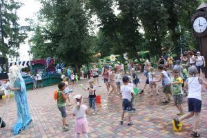 """В городском парке День знаний отметят с Буратино и Мальвиной.  День знаний в Тамбове в городском парке культуры и отдыха отметят праздничными мероприятиями. Развлечения для юных тамбовчан проведут в течение двух дней. Первого сентября мероприятия начнутся в 11 часов дня а на следующий день - с четырех часов дня.  """"День знаний - это не просто 1 сентября это марафон праздничных мероприятий и 1 и 2 сентября. Здесь и анимационные детские развлекательные программы и творческие мастер-классы и…"""