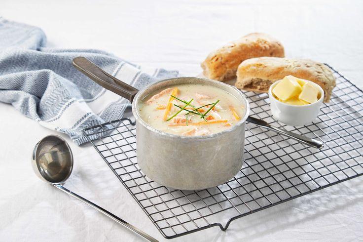Her har du oppskriften på en god fiskesuppe med laks. Server gjerne suppen med noen skiver godt brød ved siden av.