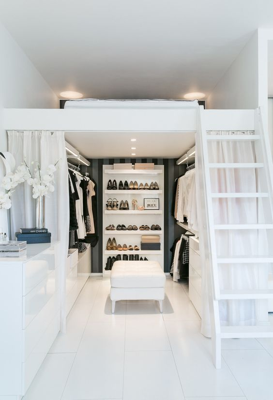 Loftsäng med walk in closet är perfekt för en vuxen.