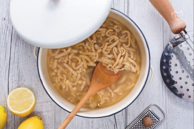 I passatelli in brodo sono dei deliziosi filoncini di pasta tipici dell'Emilia Romagna, cotti in un buon brodo di carne preparato in casa.