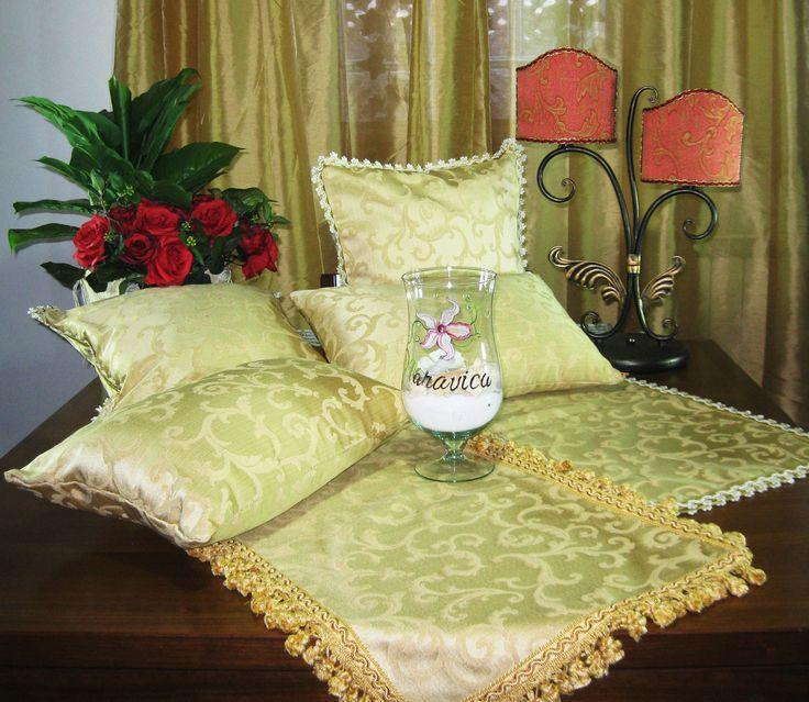 Collezione Barocco - by Maravica Complementi d'arredo che vestono e arricchiscono saloni e camere da letto. Il colore oro ne fa dei articoli raffinati ed eleganti.Tutti gli articoli della collezione sono interamente realizzati a mano.