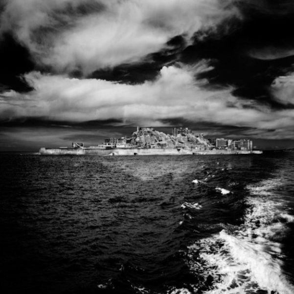 Черно-белые фотографии  острова Призрак в Японии (33 фото)