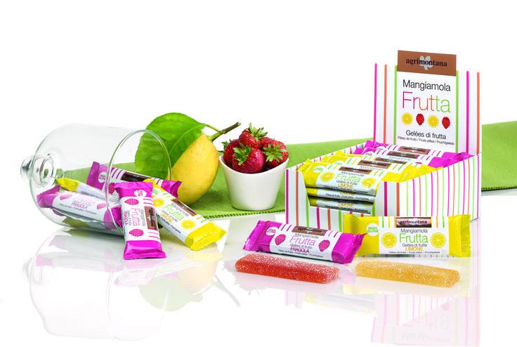 Le gelatine di frutta Agrimontana sono prodotte esclusivamente con frutta di prima scelta, secondo procedimenti che esaltano i sapori e i profumi di ciascuna essenza.  La gelatina di limone è preparata con la pasta di limone candito Agrimontana a partire da limoni siciliani. La fragola ricca e profumata mantiene tutto il suo aroma e colore, esaltati dallo zucchero. Il formato in barrette tascabili da 30 gr, le rende ideali come snack 100% naturale sempre a portata di mano.