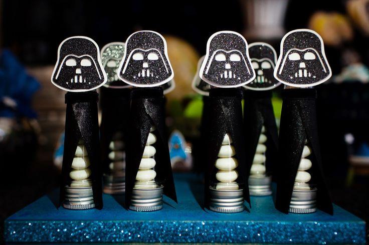 Decoração da festa no tema Star Wars com vários personagens, globos, painel com luz de led, estrelas e muito mais!   Decoração - Marcela Ca...