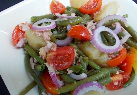 Insalata di patate, tonno e fagiolini con cipolla rossa