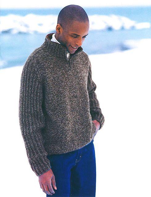 Meget anvendelig og tidløs herresweater med lynlås i halsen og kontrastfarve på indersiden af halsen. Strikket i uld eller uld/akryl. Pinde 4 og 4½.