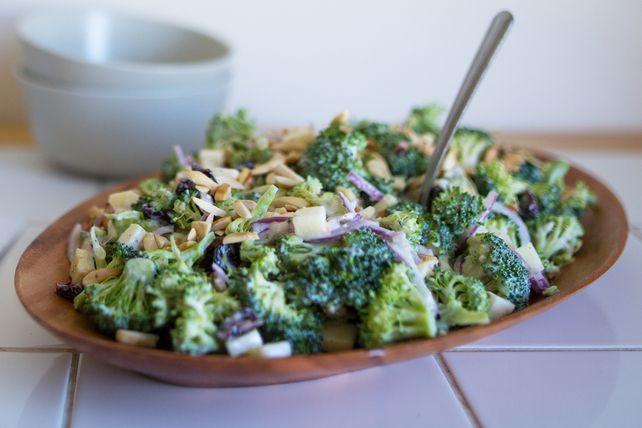 Vous aimez la variété et différents niveaux de croquant dans votre salade de brocoli? Voici une version avec des pommes dont vous vous régalerez!