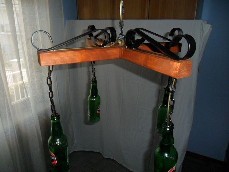 lampadario costruito con bottiglie di birra