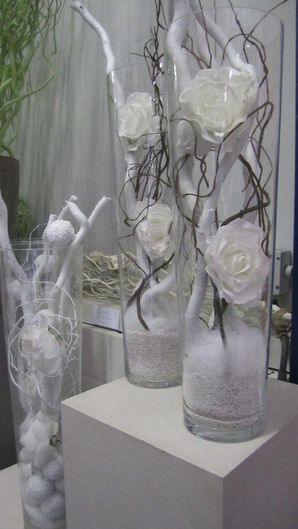 decoratietakken met zijde witte rozen in een glazen vaas