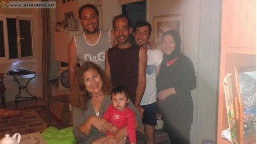 Oικογένεια στη Λέσβο φιλοξενεί πρόσφυγες στο σπίτι της