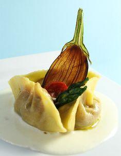 Raviolone di pasta fresca alla norma su crema di ricotta salata