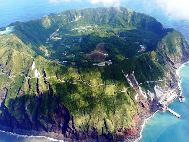 青ヶ島(東京都)>これが東京都?! 絶海の孤島「青ヶ島」が断崖絶壁すぎて脱出不能に見える   DDN JAPAN