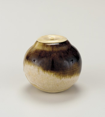Kyoto ware Tea caddy, named Karaneko (Chinese cat) 19th century Nonomura Ninsei , (Japanese, active ca. 1646-77) Edo period Stoneware with rice-straw ash and iron glazes; ivory lid H: 6.4 W: 7.2 cm Kyoto, Japan