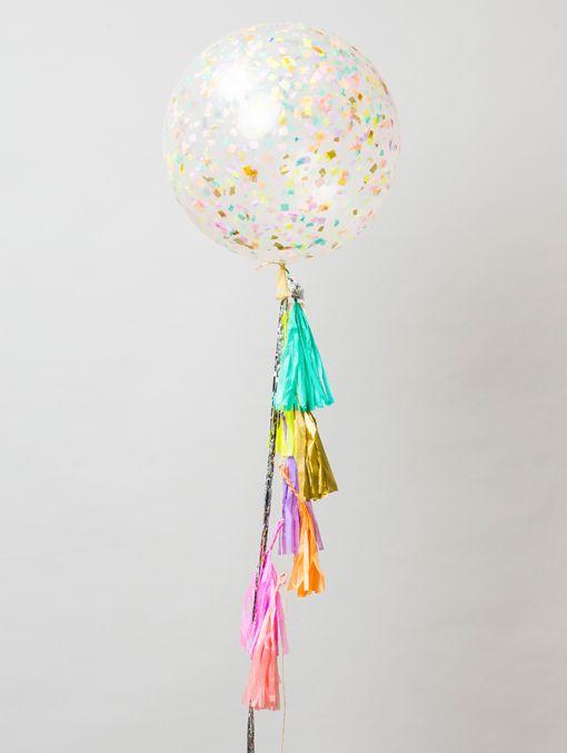 """""""La juventud es el paraíso de la vida, la alegría es la juventud eterna del espíritu."""" - Ippolito Nievo Incluye: - Globo cristal de latex inflando con helio y relleno con papel picado - Carta para personalizar - Caja gigante UNELEFANTE"""
