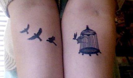 Immagine tatuaggio di uccellini che escono dalla gabbia