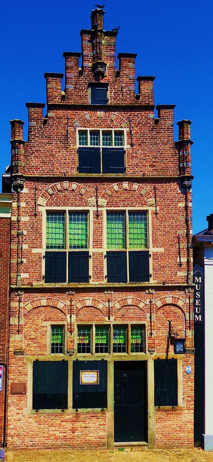 Aan de andere kant van het Damplein staat een koopmanshuis met trapgevel, in 1540 gebouwd als een van de eerste stenen huizen in de stad en nog ingericht als in de 17e eeuw. De voorgevel heeft laatgotische details. In een kraagsteen onder een van de pinakels is het wapen van keizer Karel V te herkennen. Een bijzonderheid is de vrij op het grondwater drijvende kelder, waaraan het huis wereldwijd zijn faam ontleend. Deze kelder zou volgens de overlevering zijn gebouwd door een zeekapitein.