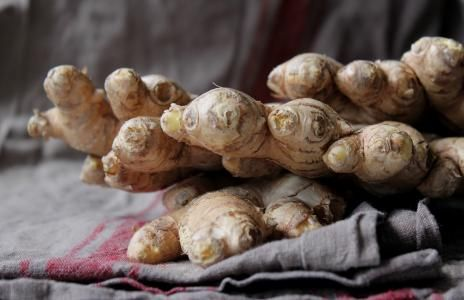 18 LÉČIVÝCH ÚČINKŮ ZÁZVORU Zázvor je jedním z nejzdravějších koření na planetě. Obsahuje mnoho živin a bioaktivních látek, které mají silné pozitivní účinky na tělo i mozek. Jeho aromatická, ostrá a kořeněná chuť dodává zvláštní a typickou chuť mnohým pokrmům.