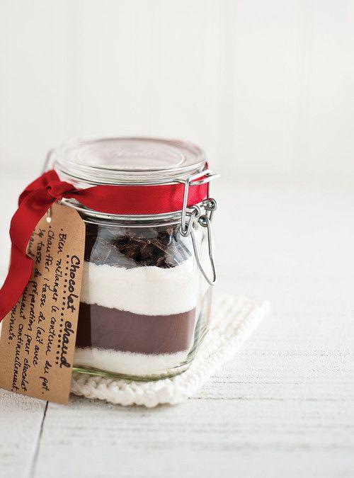 Chocolat chaud à offrir  500 ml (2 tasses) de mini-guimauves 250 ml (1 tasse) de sucre 250 ml (1 tasse) de cacao, tamisé 100 g (3 1/2 oz) de chocolat au lait ou noir
