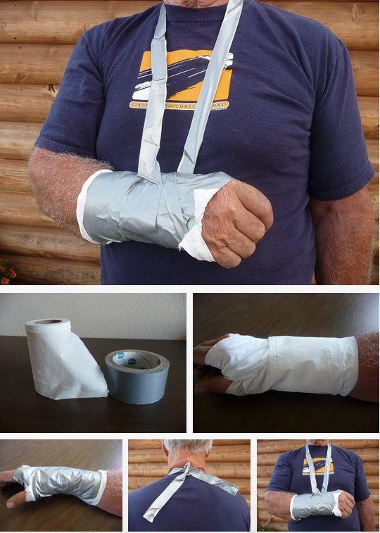 Inmovilizar un brazo con papel y cinta americana.