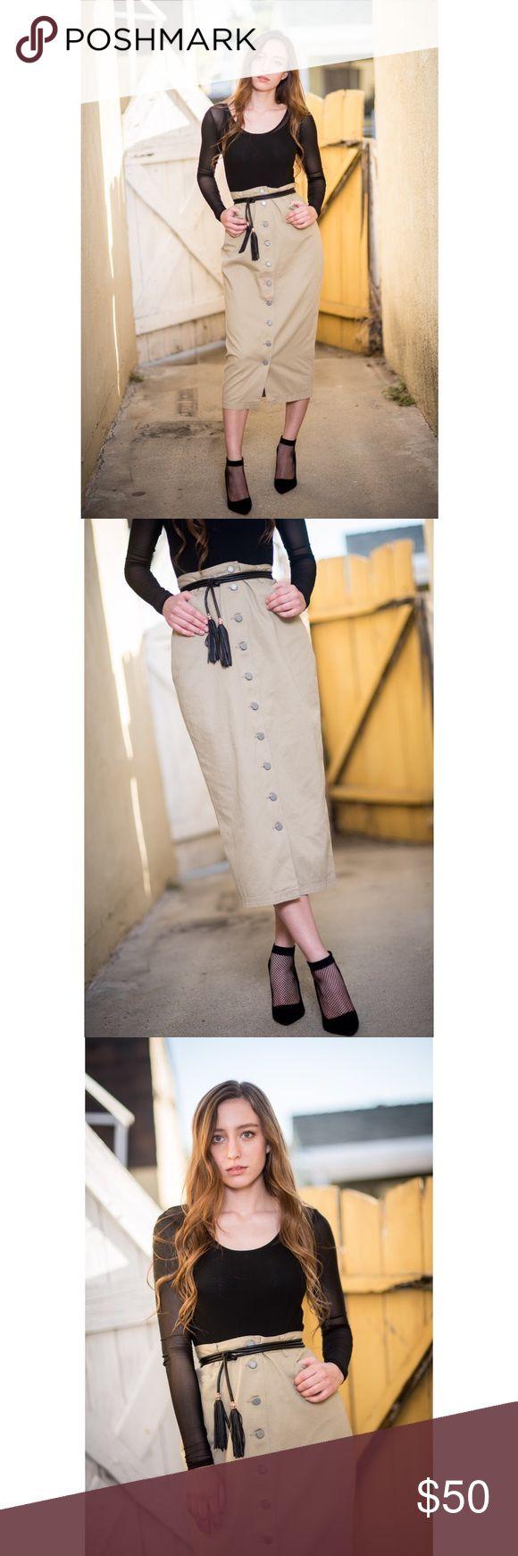 "beige button up high waisted skirt New York and company khaki button up high waisted skirt 💕 (does not include belt) Measurements• waist across: 13.75""•hips across: 18""• length: 34""•has pockets• 100% cotton• New York & Company Skirts Pencil"