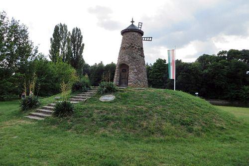 A történelmi Magyarország közepét jelző malom. Szarvas