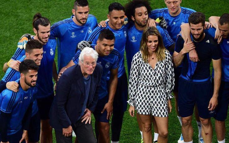 Ayer en Milán Durante  el entrenamiento. Ahora Cuenta atrás... Menudo patidazo nos espera con este equipo inmejorable! El primer partido de Richard! Qué emoción... Yesterday in Milan at the training now the countdown for the big game!!! Richard's first one!  what a great final!  How exciting! HALA MADRID!!!! #realmadrid #milan #championsleague #family #fun #halamadrid #aporlaundecima by alejandra_silva__