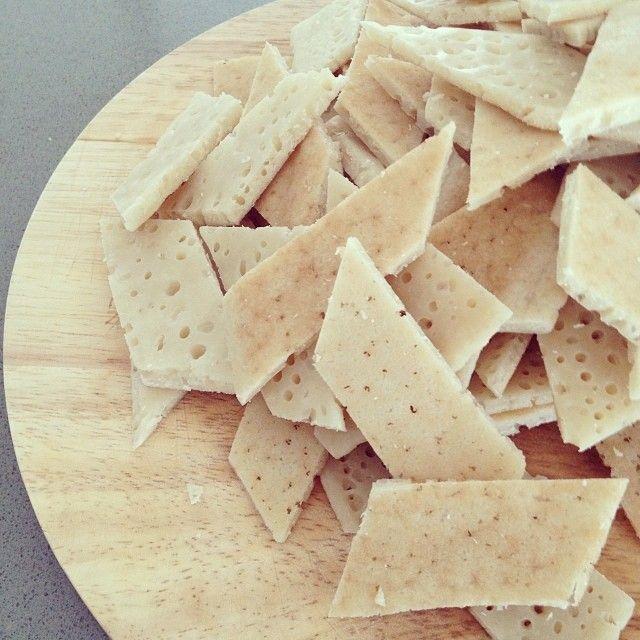 I Testaroli sono un piatto semplice della Lunigiana, vengono cucinati con pesto, olio e parmigiano o con sugo ai funghi.