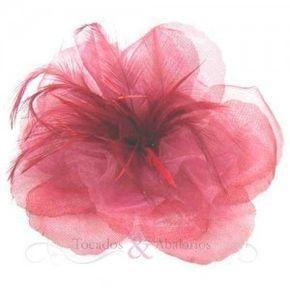 Flor de tela de 15cm de diámetro.  Esta flor con tela esta compuesta tambien por plumas de oca e incluye en su parte posterior un broche-pinza. En nuestros materiales de tocados puede encontrar una gran variedad de flores en tela.