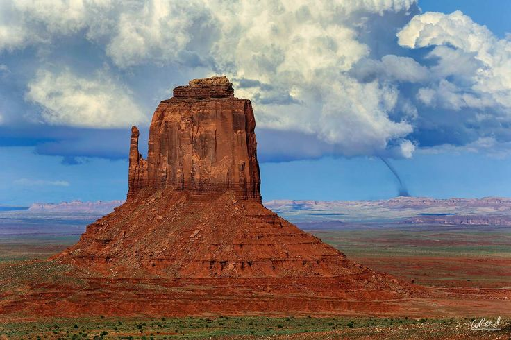 Rare tornado captured in Monument Valley Arizona. By Aaron Reed [1500x1000] solateor http://ift.tt/2uTBKqH July 25 2017 at 08:15AMon reddit.com/r/ EarthPorn