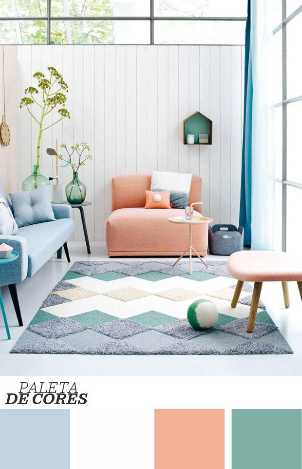 Aproveitar o pé-direito alto e a abundante presença da iluminação é um dos grandes feitos da reforma dessa sala de estar <3 Mix de texturas e cores leves! Clique na foto para ver mais!