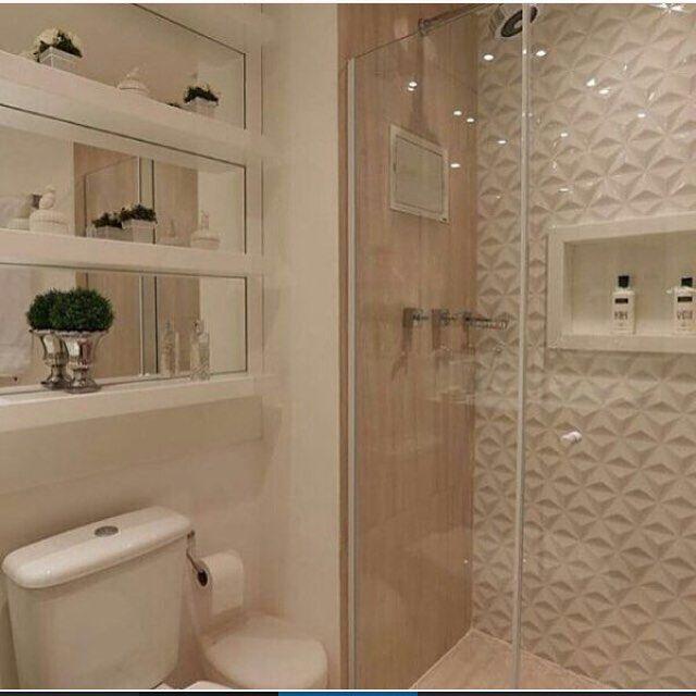 ✨Banheiro lindo com nichos espelhados, revestimento 3D no box e porcelanato amadeirado! por Monise Rosa Arq. @construindominhacasaclean veja mais no #blog #construindominhacasaclean #banheiro #bath #bathroom #nichos #espelho #box #3d #decor #decoracao #design #interior #casa #casaclean #home