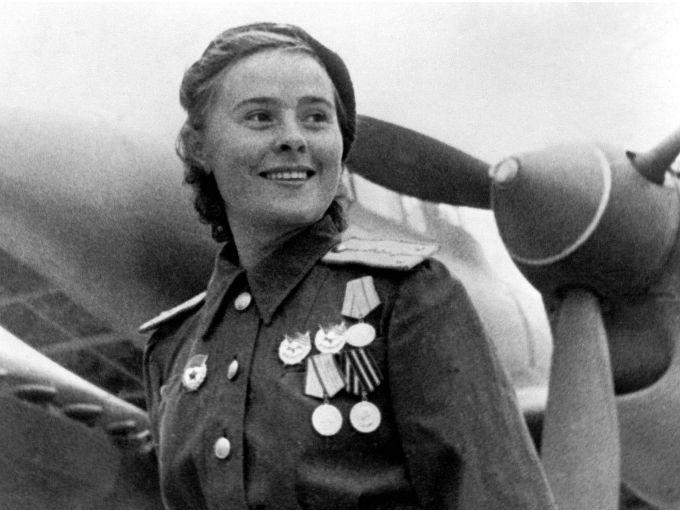 """""""¡Querida, has derribado un bombardero Heinkel!"""": es la frase que con emoción solían pronunciar los pilotos soviéticos cuando sus compañeras derribaban un avión de los nazis.  """"Las Brujas de la Noche"""", son parte de un grupo de valientes mujeres que dejaron atrás su vida para unirse a las filas del ejército soviético durante la II Guerra Mundial."""