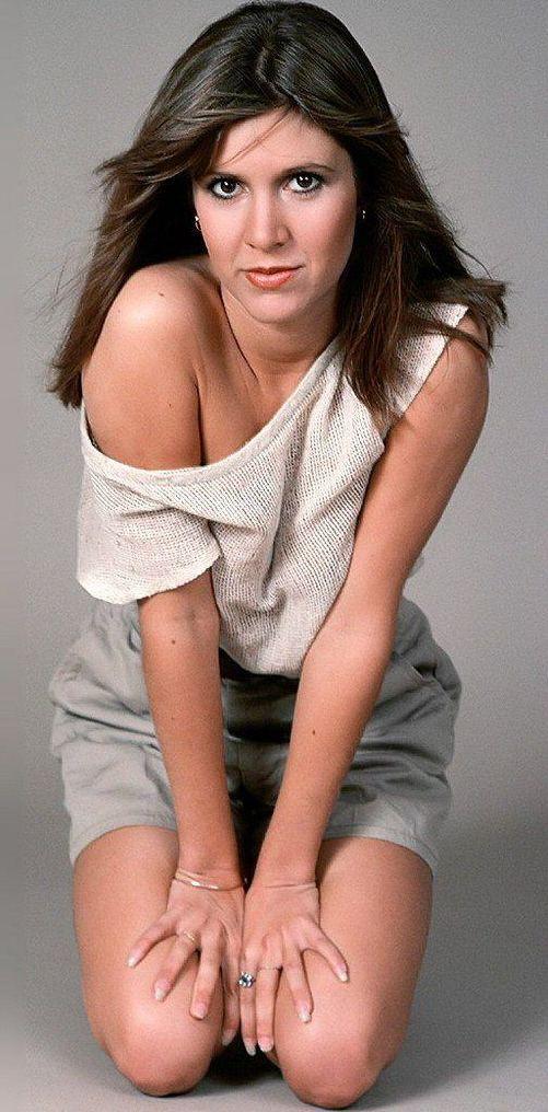 Carrie Fisher, née le 21 octobre 1956 à Beverly Hills, Californie (États-Unis) et morte le 27 décembre 2016 à Los Angeles, est une actrice et scénariste américaine. Elle est la fille de l'actrice Debbie Reynolds et du chanteur Eddie Fisher, et donc la demi-sœur de Joely Fisher et Tricia Leigh Fisher.
