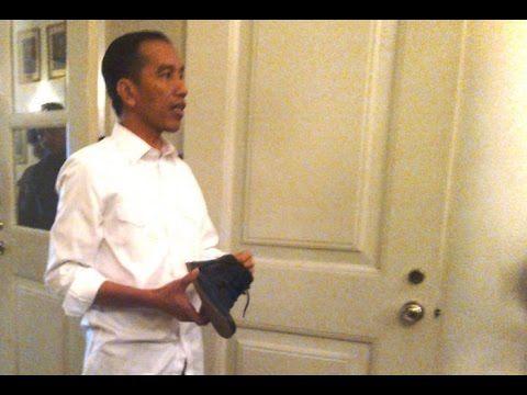 Lucu Ketika Jokowi Pamer Sepatu Barunya Yang Mahal Di Depan Para Wartawan