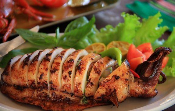 Υπέροχα καλαμάρια γεμιστά με μυρωδικά, ρύζι και σταφίδες. Μια συνταγή για ένα καταπληκτικό νοστιμότατο πιάτο, ιδανικό για τις ημέρες της νηστείας, που οι ε