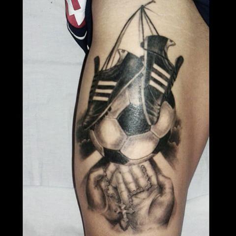 Tattoo curado de @lopez97tomas un genio total !!! Gracias x la confianza y la buena onda de siempre ... Éxitos    espero les guste. Whatsapp 1538513028 estudio wilde - avellaneda.  ✏ ARTE ES VIDA #tattos #tattooed #inked #inkedup #ink #tattooedguys #fotorealismo #futbol #pelota #nubes #manos #rosario #botines #inkmagazine