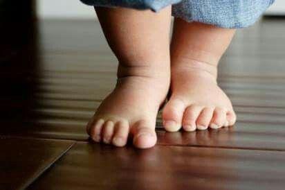 ΣΤΡΑΤΑ... ΣΤΡΑΤΟΥΛΑ...  Αν είστε σαν τους περισσότερους ανθρώπους, περπατάτε συνολικά κάτι λγότερο από 4 χιλ την ημέρα. Έρευνες δείχνουν ότι η άσκηση κάνει καλό στην υγεία και το περπάτημα είναι από τις πιο εύκολες ασκήσεις.  Καρδιαγγειακό Σύστημα : Δυναμώνει την καρδιά, καλυτερεύει την κυκλοφορία και χαμηλώνει την πίεση.  Οστά : Σταματάει την απελευθέρωση ασβεστίου από τα οστά.  Απώλεια Βάρους : Καίει θερμίδες, χαμηλώνει το σάκχαρο  Εγκέφαλος: Μειώνει το στρές και λόγω ενδορφινών φτιάχνει…