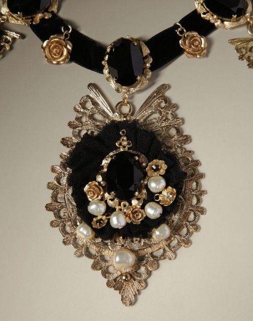 Collar para novia en color negro con inspiración barroca, piedras preciosas y perlas - Foto Dolce & Gabbana