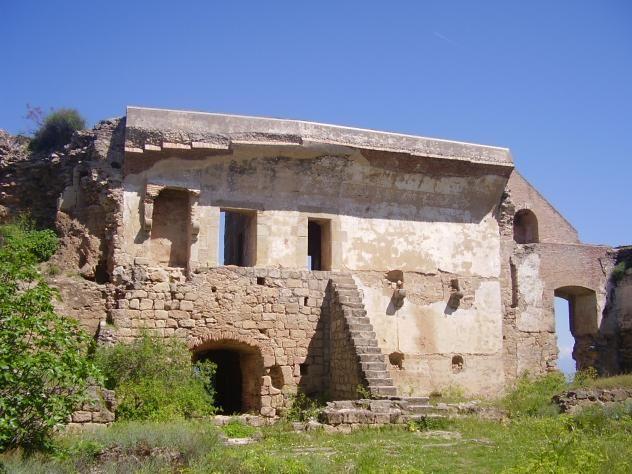 En los siglos XVI y XVII el castillo pasa a tener una función más palaciega construyéndose un hermoso patio de armas del que quedan solo ruinas.