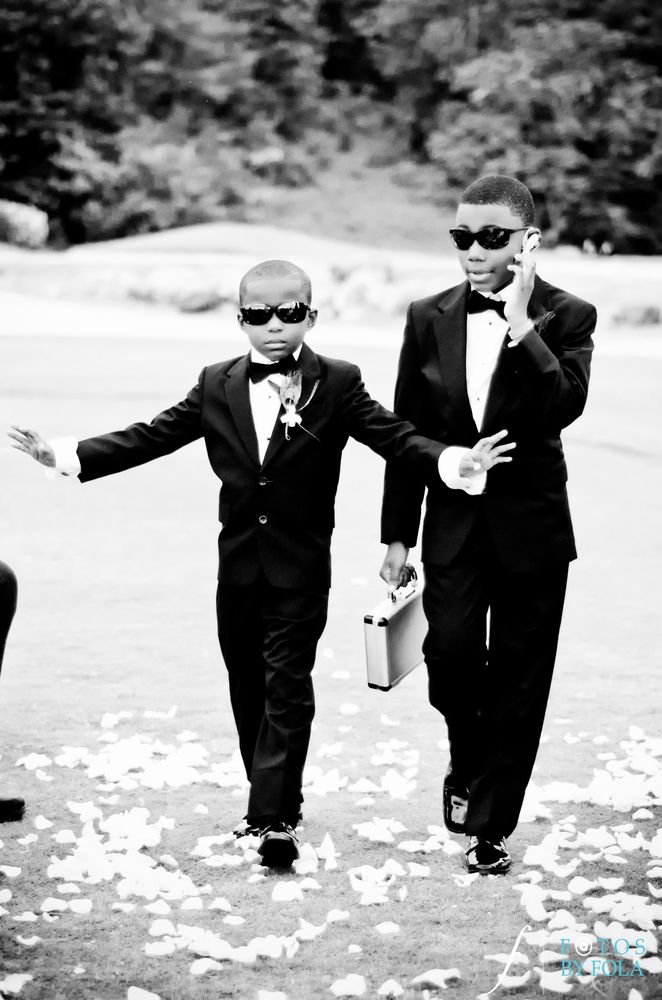 Ring bearers and secret service agents all in one! Too cute.   Fotos by Fola